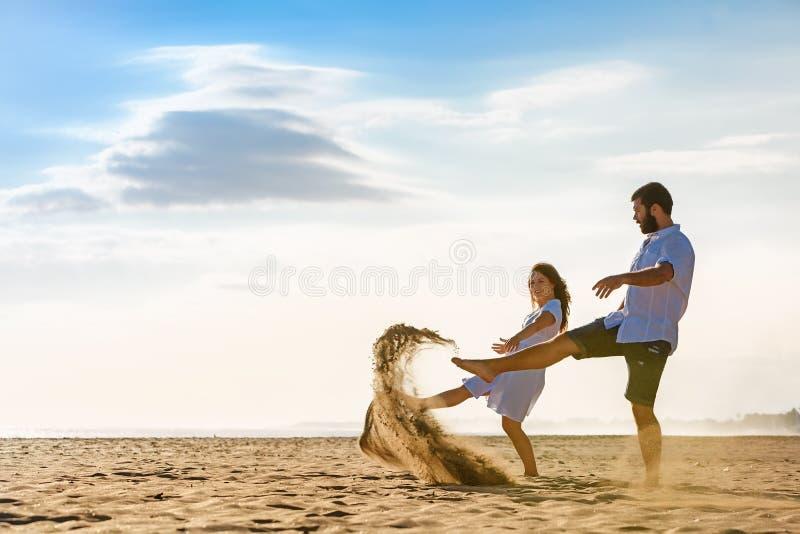 结婚的愉快的家庭热带海岛蜜月假日 库存图片