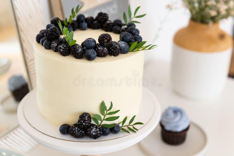 婚礼、生日蛋糕与奶油奶酪和新鲜的蓝莓和黑莓 ?? 库存照片