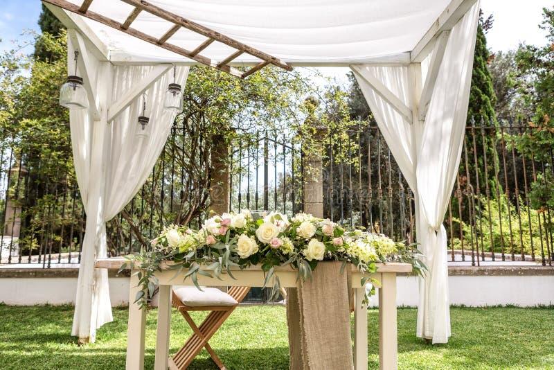 婚礼、花和瓣细节装饰的 免版税库存图片