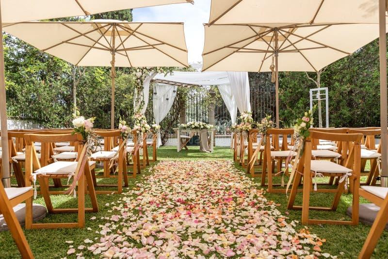 婚礼、花和瓣细节装饰的 库存照片