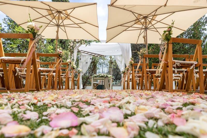 婚礼、花和瓣细节装饰的 免版税库存照片