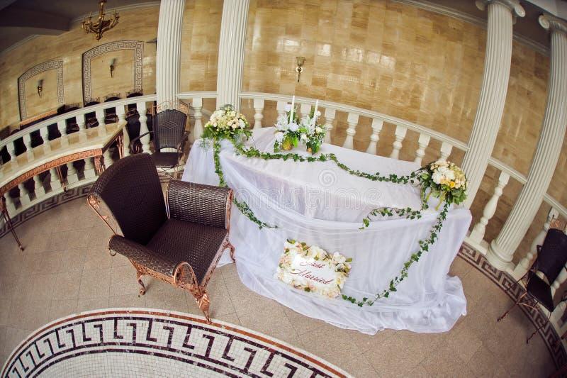 婚礼与叶子的花构成在桌上 库存图片