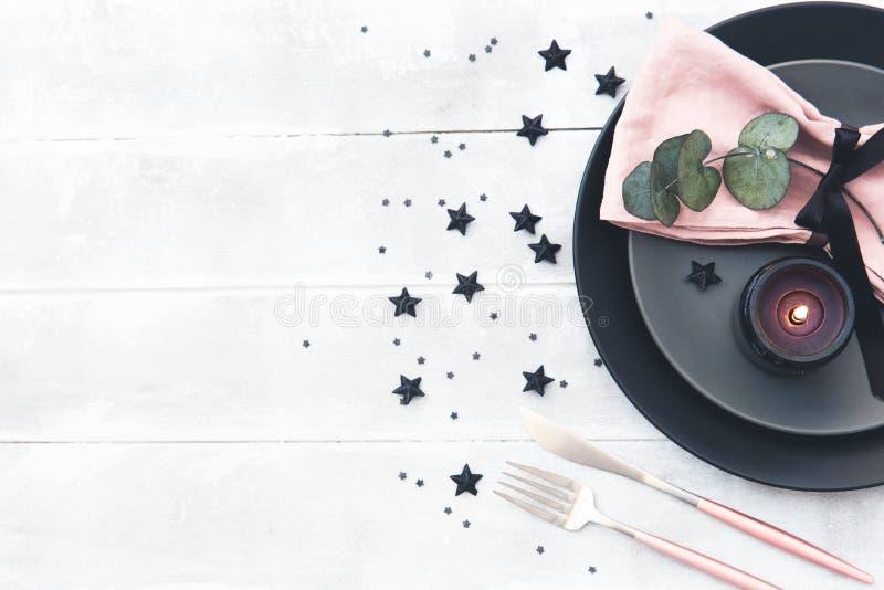 婚礼与空白的客人卡片、亚麻布餐巾、玉树和盘的桌设置在一张木桌上 库存照片