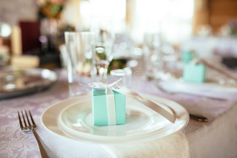 婚礼与美丽的装饰的餐桌装饰品 免版税库存图片