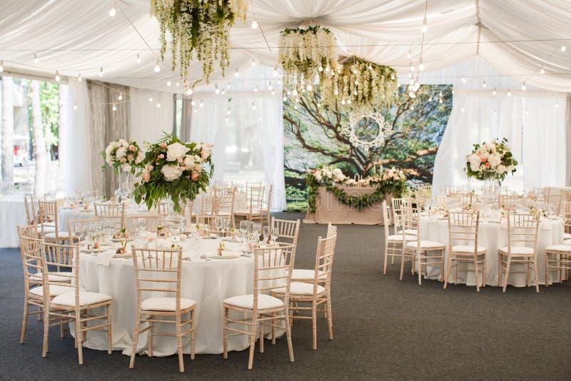 婚礼与花和丝带的桌装饰 库存图片