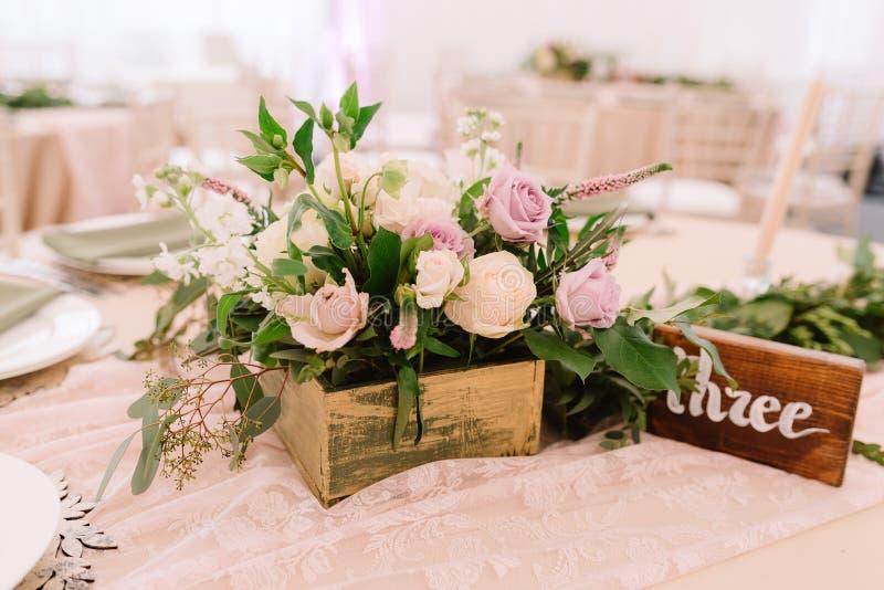 婚礼与花的桌装饰在土气样式 库存图片