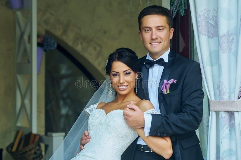 婚礼之日浪漫夫妇 库存图片