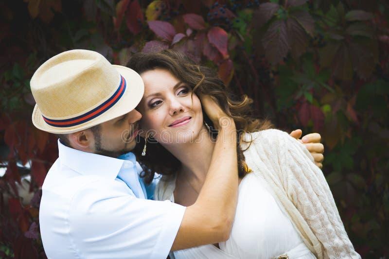 婚礼之日走户外在春天自然的新娘和新郎 库存照片