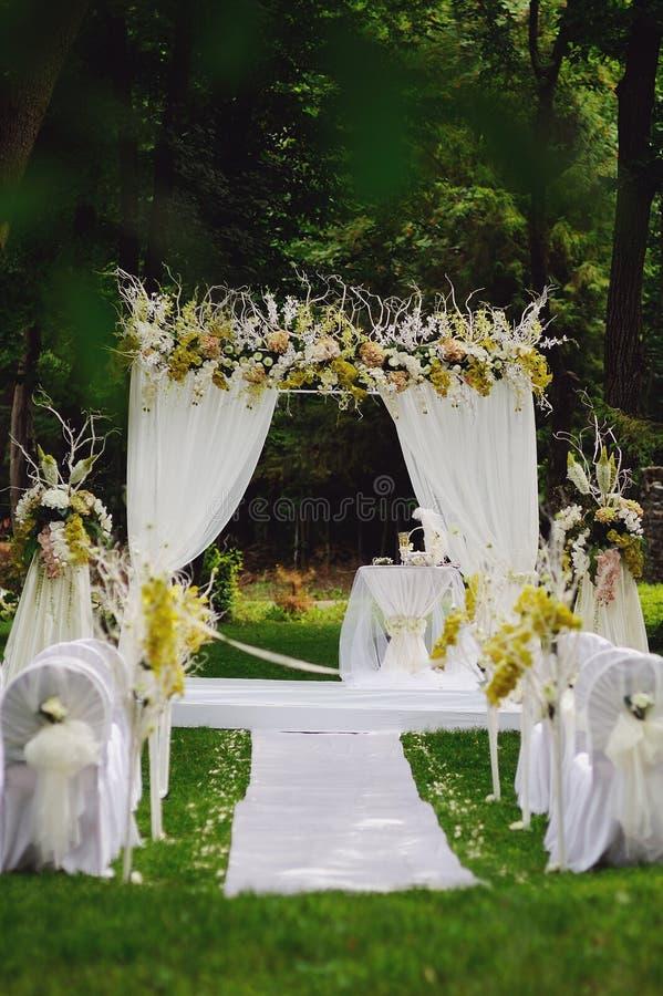 婚礼在一个美丽的庭院里 免版税库存图片