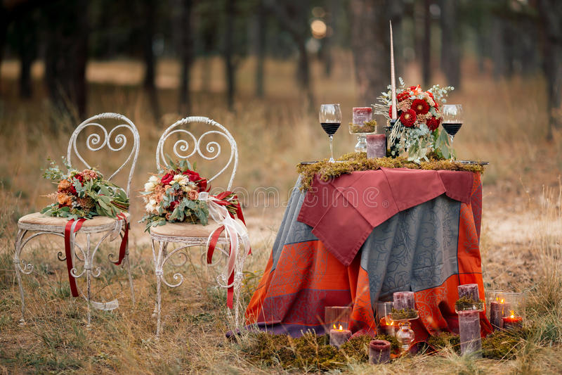 婚礼在土气样式的桌设置 免版税库存照片