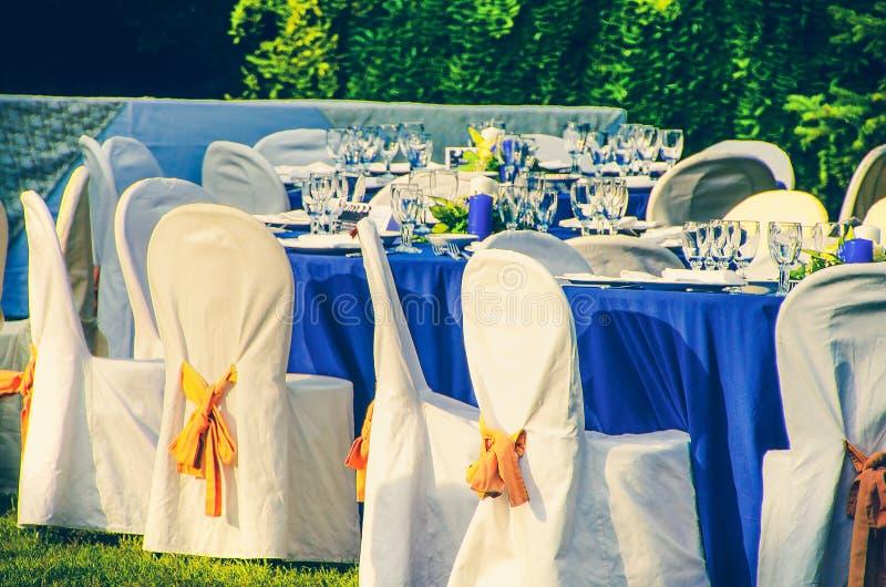 婚礼在庭院里主持承办的桌背景 免版税图库摄影