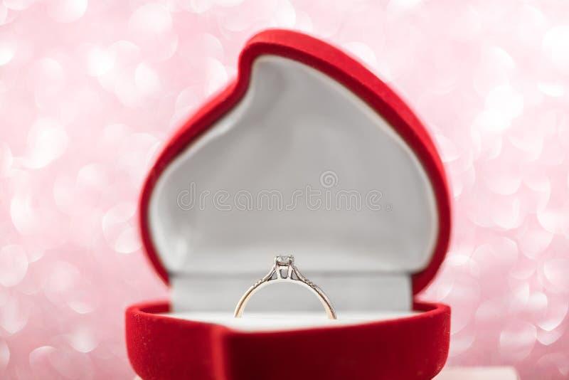 婚礼在红色心形的礼物盒的钻戒 库存照片