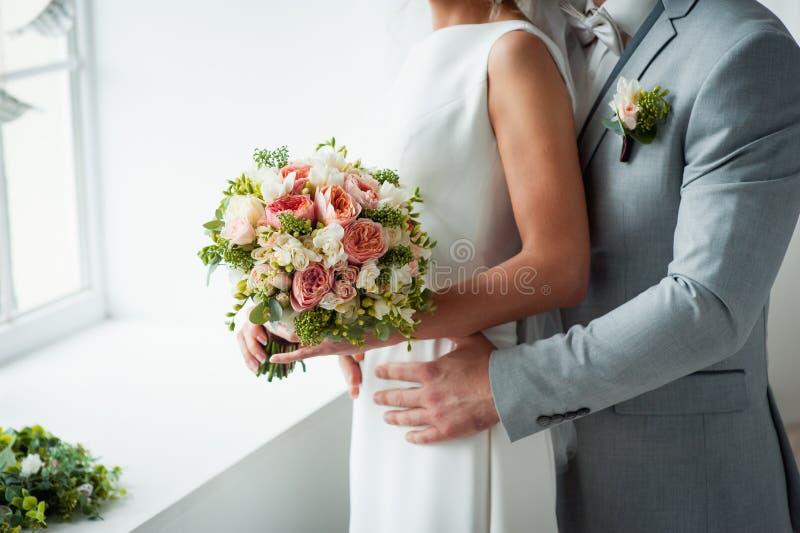 婚礼在蓝色席子的花束和女傧相鞋子 库存照片