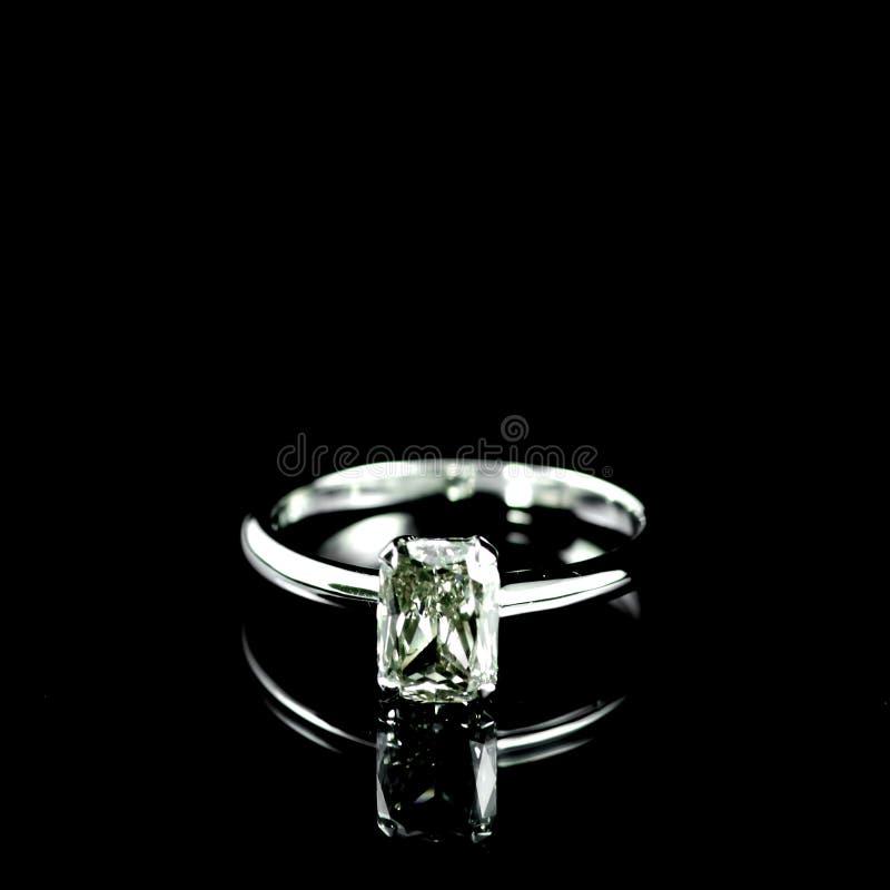 Download 婚礼钻戒 库存图片. 图片 包括有 要素, 金属, 华伦泰, 装饰, 方式, 金刚石, 一起, 浪漫, beautifuler - 30331839