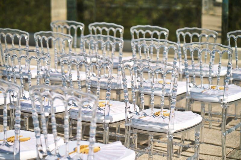 婚礼地点设定,鬼魂椅子是海滩婚礼的时髦和普遍的用途 免版税库存图片