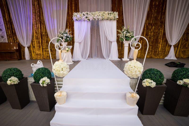 婚礼大厅准备好客人,豪华,典雅的婚姻的r 图库摄影
