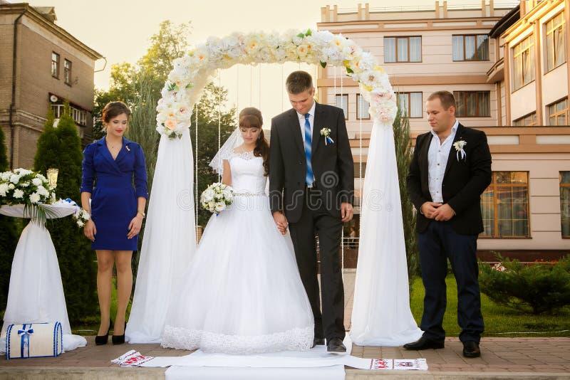 婚礼夫妇、男傧相和女傧相 免版税库存图片