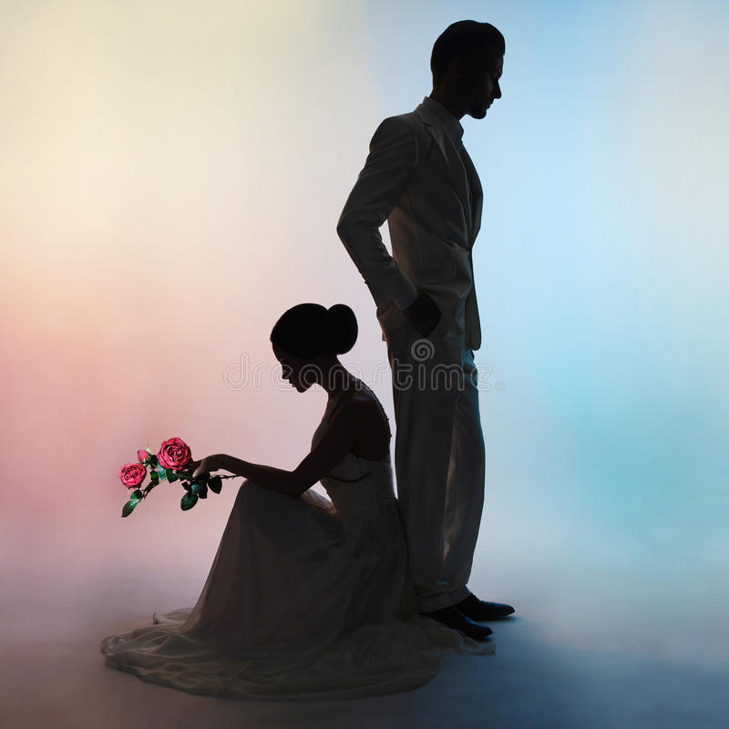 婚礼夫妇剪影新郎和新娘颜色背景的 免版税库存图片