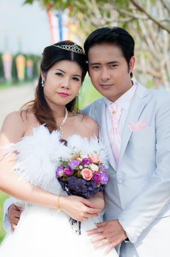 婚礼夫妇在公园在泰国 免版税库存图片