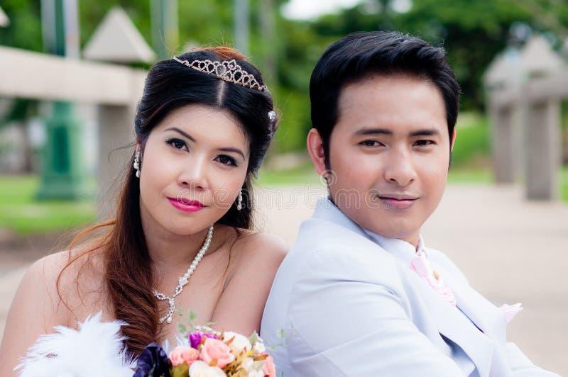 婚礼夫妇在公园在泰国 库存照片