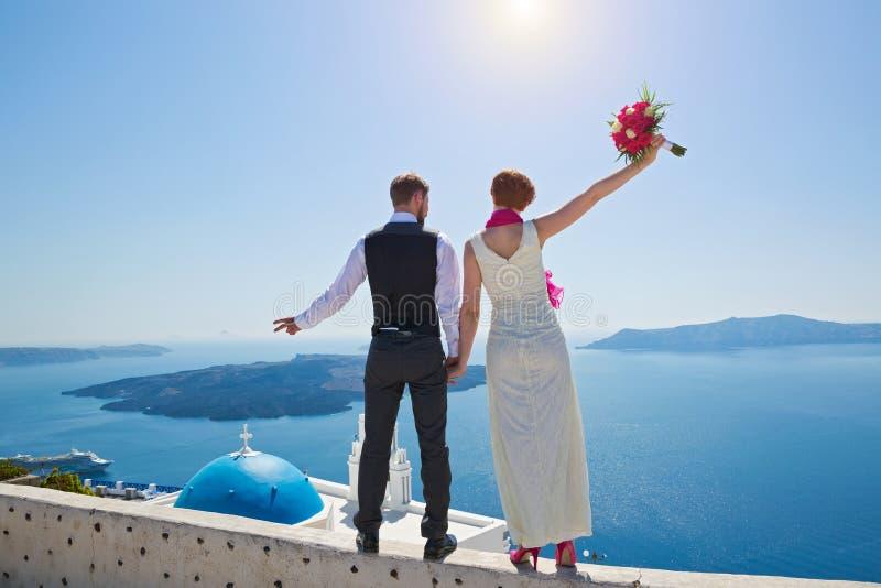婚礼夫妇在圣托里尼,希腊 免版税库存图片