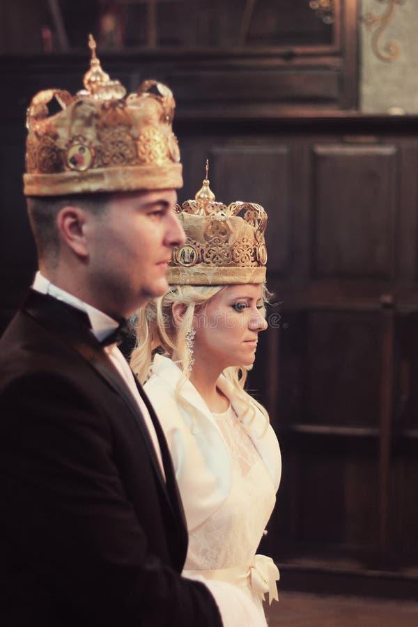 婚礼夫妇在教会里 免版税库存照片