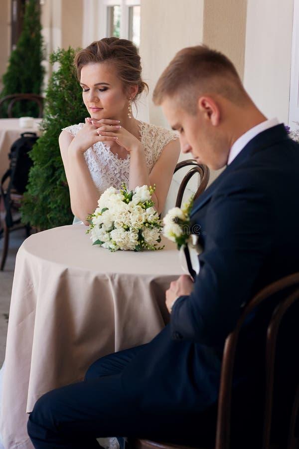 婚礼夫妇在桌上坐夏天大阳台 库存图片