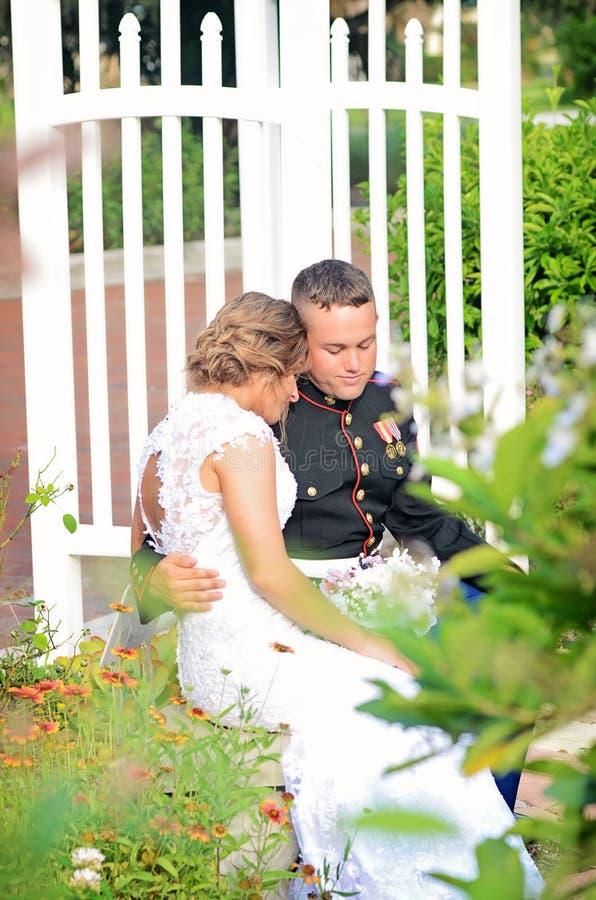 婚礼夫妇私有片刻 免版税图库摄影