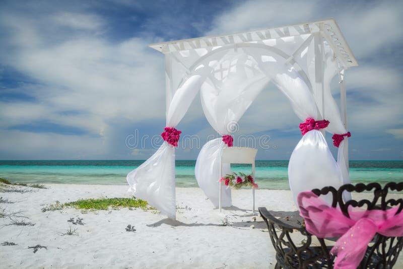 婚礼好的惊人的巨大特写镜头视图装饰了在古巴人科科岛热带海滩的眺望台 图库摄影