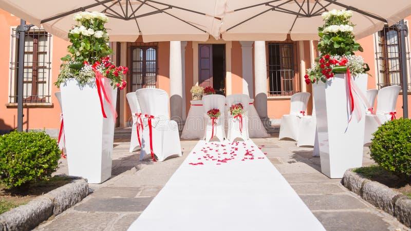 婚礼室外在一个美丽的庭院里 免版税库存照片