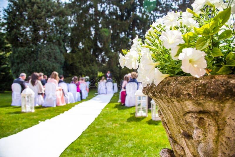 婚礼室外在庭院里 免版税图库摄影