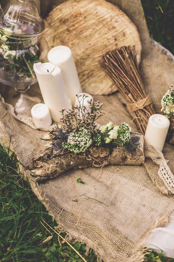 婚礼对光检查在草的婚礼构成 免版税库存照片