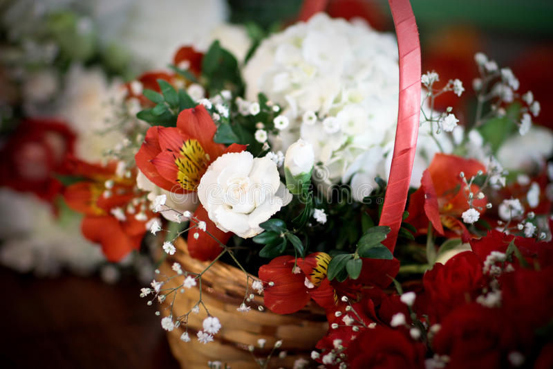 婚礼开花flowergirl红色和白花篮子posie  免版税库存图片