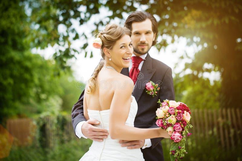 婚礼新娘和新郎在草甸 库存图片