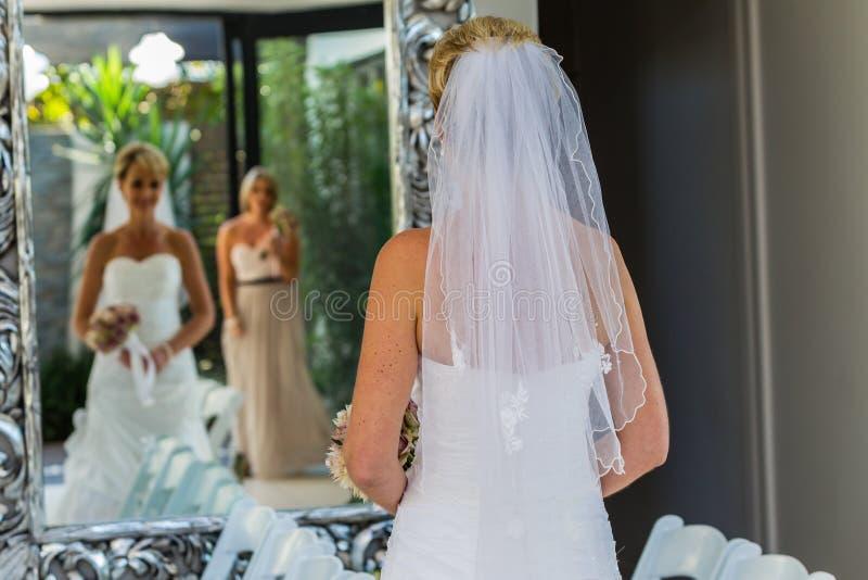 婚礼新娘女傧相镜子家庭 库存图片