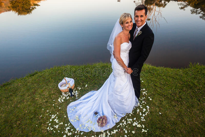 婚礼新娘新郎愉快的微笑  免版税图库摄影