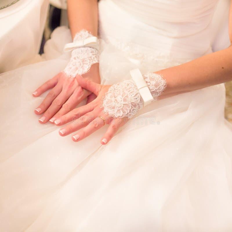 婚礼新娘的鞋带手套 库存图片