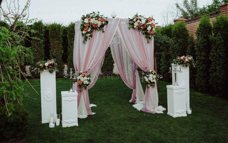 婚礼曲拱在庭院里 图库摄影