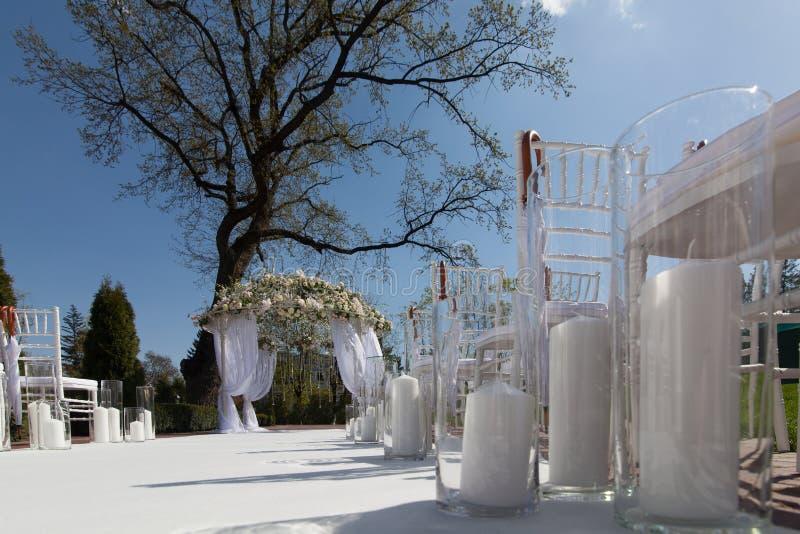 婚礼曲拱在庭院里 库存照片
