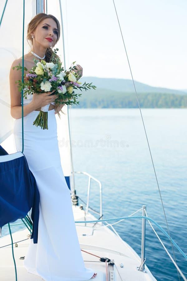 婚礼服的女孩 图库摄影