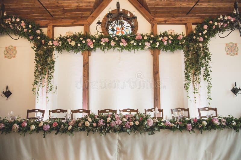 婚礼桌在有很多透明glasse的餐馆 免版税库存照片