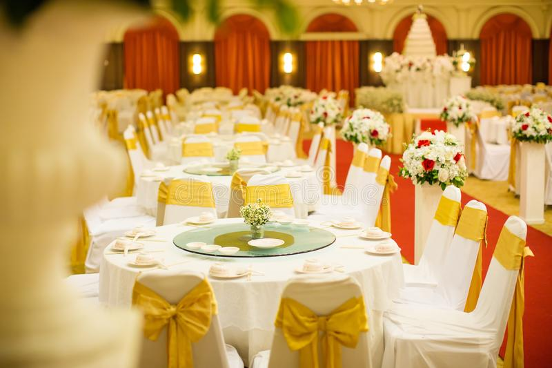 婚礼桌集合在婚礼大厅里 婚姻装饰准备 桌集合和另一顿承办宴席的事件晚餐 库存图片