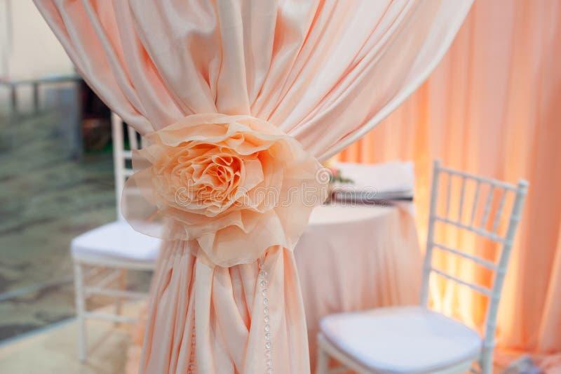 婚礼椅子的装饰和花花圈  免版税库存图片