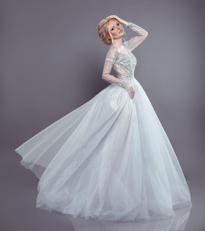 婚礼流动的薄绸的礼服的美丽的新娘,妇女长期 免版税库存照片