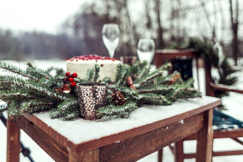 婚礼照片写真的美丽的冬天装饰在土气样式的街道上 免版税图库摄影