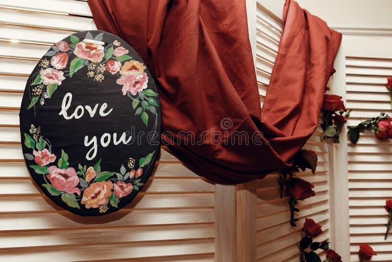 婚礼照片摊区域 有花的,红色r土气木墙壁 免版税库存图片