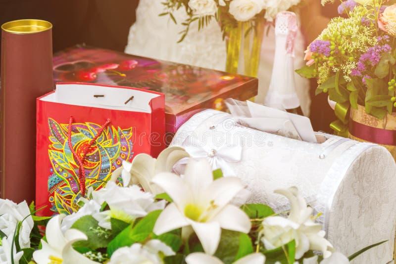 结婚礼物、科涅克白兰地、巧克力和信封 库存图片