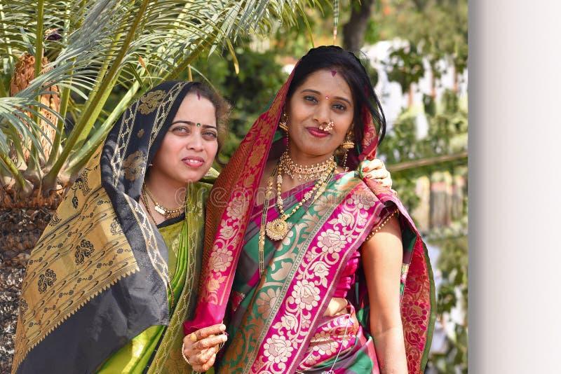 婚礼的两名妇女盛装看照相机,浦那 库存图片
