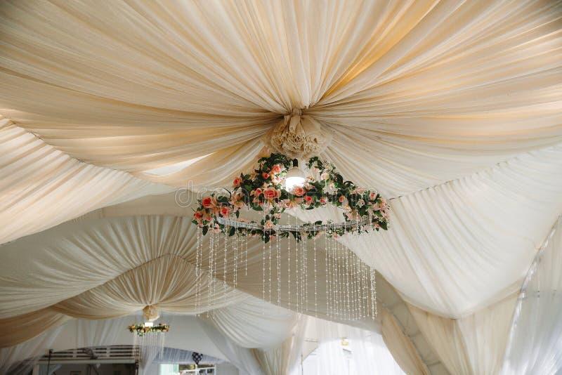 婚礼的庆祝的大门罩 美好的内部白色 免版税库存图片