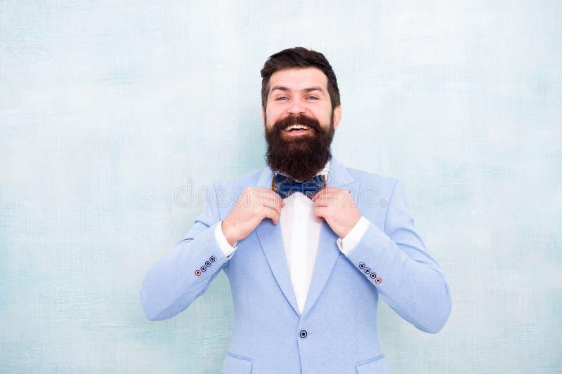 婚礼的新娘新郎 无尾礼服时尚神色 蝶形领结的有胡子的人 魅力与胡子的行家男性 绅士去 图库摄影